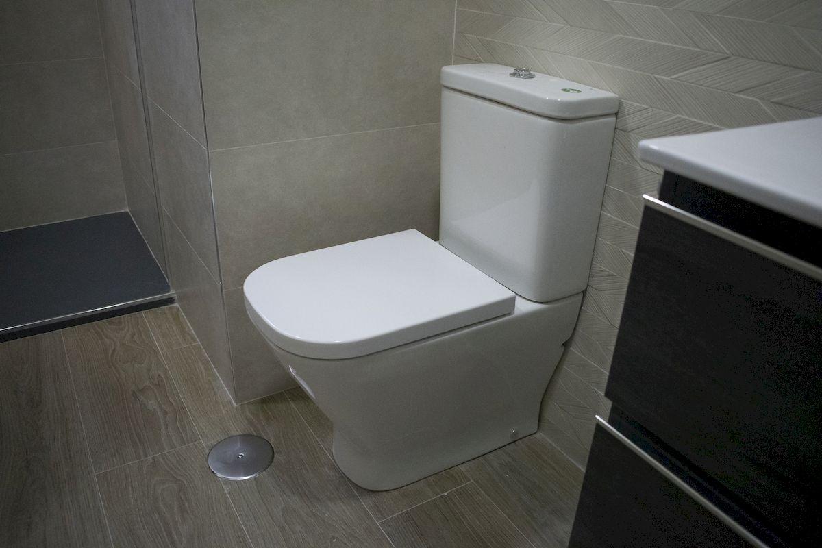 Detalle inodoro compacto de baño