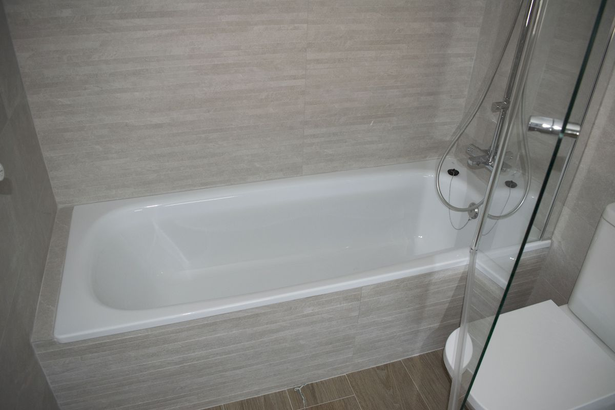 Detalle inodoro compacto de baño y bañera